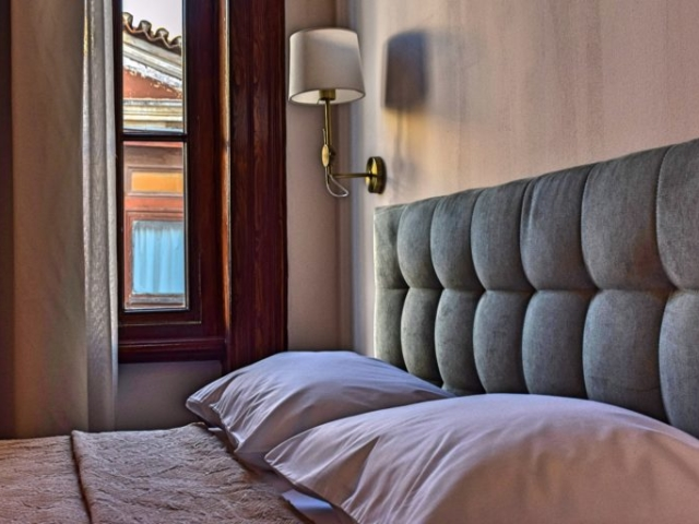 Room Details Bed & Window - Agora Residence - Hotel in Chios